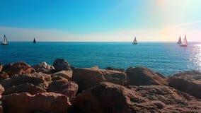 Barcos de navegación que mueven encendido horizonte almacen de video
