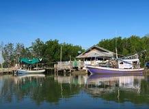 Barcos de navegación tradicionales de la pesca en un pueblo Imagen de archivo libre de regalías