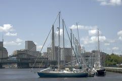 Barcos de navegación y puente de Zakim imagen de archivo