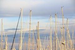 Barcos de navegación y puesta del sol imponente Fotografía de archivo libre de regalías