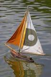 Barcos de navegación de madera en los tuileries París Francia del DES del jardin Fotografía de archivo