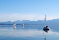 Barcos de navegación en el lago Chiemsee Imagen de archivo libre de regalías