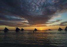 Barcos de navegación en la isla tropical Filipinas de Boracay de la puesta del sol Imagen de archivo libre de regalías