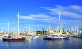 Barcos de navegación que amarran, puerto de Barcelona Foto de archivo libre de regalías