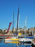 Barcos de navegación, vistos en el puerto deportivo de Barcelona, España Fotografía de archivo libre de regalías