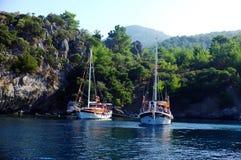 Barcos de navigação ancorados em uma baía Fotos de Stock Royalty Free