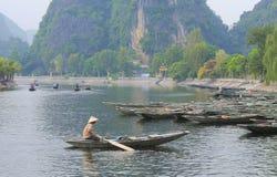 Barcos de navigação dos povos em Tam Coc Fotografia de Stock