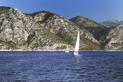 Barcos de navigação em um mar Fotografia de Stock Royalty Free