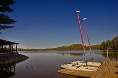 Barcos de navigação em um molhe Imagens de Stock Royalty Free