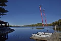 Barcos de navigação em um molhe Imagem de Stock Royalty Free