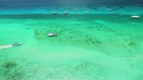 Barcos de navigação, iate e catamarã no mar das caraíbas de turquesa, vista aérea filme