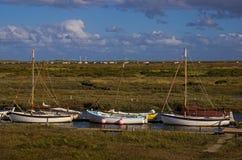 Barcos de navigação no cais de Morston fotografia de stock