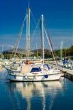 Barcos de navigação no fuzileiro naval com estádio Poljud no fundo, Croácia Imagens de Stock