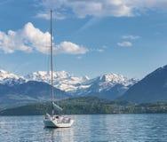 Barcos de navigação no infornt de Thun Thunersee do lago do mountai dos cumes foto de stock