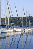 Barcos de navigação no lago italiano com ziguezague, reflexões das ondinhas na água Foto de Stock