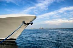 Barcos de navigação no porto imagem de stock royalty free