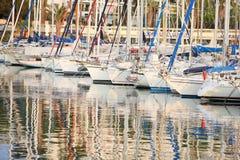 Barcos de navigação no porto imagem de stock