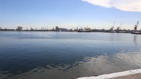 Barcos de navigação no porto de Constanta, Romênia video estoque