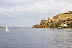 Barcos de navigação no porto de Marsamxett, Malta imagem de stock