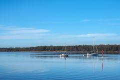 Barcos de navigação no rio Imagem de Stock