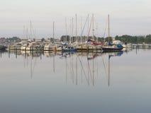 Barcos de navigação no sol do fim da tarde Fotografia de Stock Royalty Free