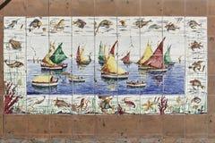 Barcos de navigação que pintam nas telhas imagem de stock