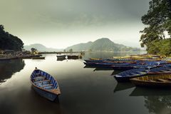 Barcos de Nepal en el lago Begnas fotos de archivo libres de regalías