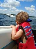 Barcos de observação do menino Foto de Stock