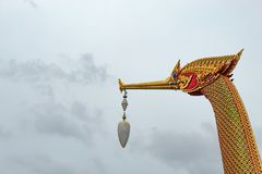 Barcos de oro del cisne en el nonthaburi imagen de archivo