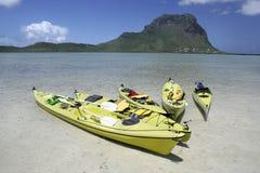 Barcos de pá coloridos na água pouco profunda desobstruída Fotografia de Stock Royalty Free