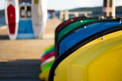Barcos de paleta coloridos en un muelle Foto de archivo