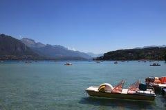 Barcos de paleta en el lago de la montaña Imagenes de archivo