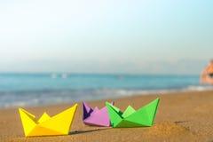 Barcos de papel coloridos en la costa Foto de archivo libre de regalías
