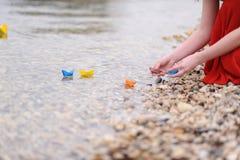 Barcos de papel con las manos de la mujer Fotografía de archivo libre de regalías
