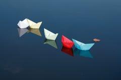 Barcos de papel en el agua foto de archivo