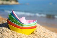 Barcos de papel en la playa Fotografía de archivo libre de regalías