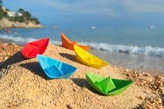 Barcos de papel en la playa Fotos de archivo