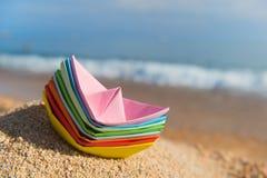 Barcos de papel en la playa Fotografía de archivo