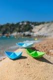 Barcos de papel en la playa Foto de archivo