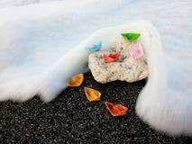 Barcos de papel en una roca fotografía de archivo