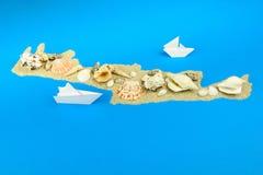 Barcos de papel fora da costa da Creta fotos de stock