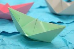 Barcos de papel no oceano de papel Foto de Stock