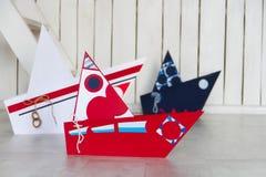 Barcos de papel olorful do ¡ de Ð no assoalho de madeira Fotografia de Stock