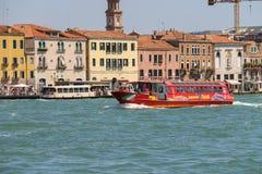 Barcos de pasajeros con los turistas en el mar adriático cerca de Venecia, fotografía de archivo