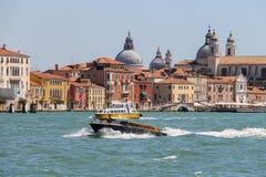 Barcos de pasajeros con los turistas en el mar adriático cerca de Venecia, imagen de archivo