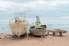 Barcos de pesca abandonados Imagenes de archivo