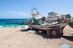 Barcos de pesca abandonados que desvanecem-se afastado na praia abandonada em Angola Fotografia de Stock Royalty Free