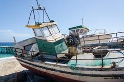 Barcos de pesca abandonados que se descoloran lejos en la playa abandonada en Angola imagen de archivo libre de regalías