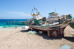Barcos de pesca abandonados que se descoloran lejos en la playa abandonada en Angola Fotografía de archivo libre de regalías