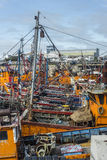 Barcos de pesca alaranjados em março del Plata, Argentina Imagem de Stock